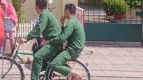 Οι αστυνομικοί οδηγούν κατά μήκος της οδού που διακοσμείται με τα κόκκινα φανάρια απόθεμα βίντεο