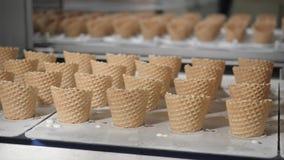 Οι αυτόματες γραμμές μεταφορέων για την παραγωγή των κώνων παγωτού Φλυτζάνια και κώνοι γκοφρετών Μεγάλη βιομηχανική παραγωγή Α φιλμ μικρού μήκους