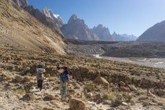 Οι αχθοφόροι περπατούν προς στον παγετώνα Baltoro, K2 οδοιπορικό, Πακιστάν Στοκ Φωτογραφίες