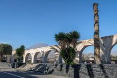 Οι αψίδες Yanahuara Plaza και του ηφαιστείου Misti στο υπόβαθρο - Arequipa, Περού Στοκ εικόνα με δικαίωμα ελεύθερης χρήσης