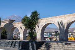 Οι αψίδες Yanahuara Plaza και του ηφαιστείου Misti στο υπόβαθρο - Arequipa, Περού Στοκ Φωτογραφία