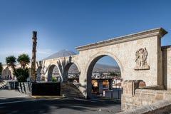 Οι αψίδες Yanahuara Plaza και του ηφαιστείου Misti στο υπόβαθρο - Arequipa, Περού Στοκ φωτογραφίες με δικαίωμα ελεύθερης χρήσης