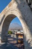 Οι αψίδες Yanahuara Plaza και του ηφαιστείου Misti στο υπόβαθρο - Arequipa, Περού Στοκ εικόνες με δικαίωμα ελεύθερης χρήσης