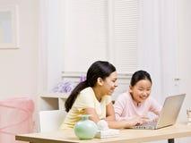 οι αδελφές lap-top Διαδικτύο&upsi Στοκ Εικόνα