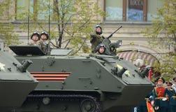 Οι αλεξιπτωτιστές σε θωρακισμένο για πολλές χρήσεις αμφίβιο btr-MDM ` Rakushka ` κατά τη διάρκεια της νίκης παρελαύνουν στο κόκκι Στοκ Φωτογραφία