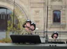 Οι αλεξιπτωτιστές σε θωρακισμένο για πολλές χρήσεις αμφίβιο btr-MDM ` Rakushka ` κατά τη διάρκεια της νίκης παρελαύνουν στο κόκκι Στοκ Φωτογραφίες