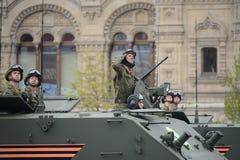 Οι αλεξιπτωτιστές σε θωρακισμένο για πολλές χρήσεις αμφίβιο btr-MDM ` Rakushka ` κατά τη διάρκεια της νίκης παρελαύνουν στο κόκκι Στοκ φωτογραφία με δικαίωμα ελεύθερης χρήσης