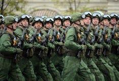 Οι αλεξιπτωτιστές του 331st φρουρούν το αερομεταφερόμενο σύνταγμα σε Kostroma κατά τη διάρκεια της παρέλασης στο κόκκινο τετράγων Στοκ εικόνες με δικαίωμα ελεύθερης χρήσης