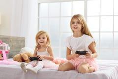 Οι αδελφές είναι τρελλές για το playstation Στοκ Εικόνες