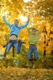 Οι αδελφοί απολαμβάνουν στο δάσος Στοκ φωτογραφία με δικαίωμα ελεύθερης χρήσης
