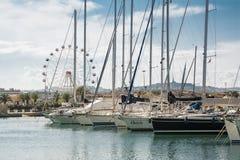 Οι βάρκες έδεσαν στη μαρίνα Pescara στο ηλιοβασίλεμα και το Ferris W Στοκ Εικόνες