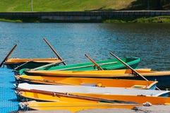 Οι βάρκες και τα καταμαράν είναι στην αποβάθρα κοντά στον ποταμό στοκ εικόνες