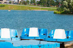 Οι βάρκες και τα καταμαράν είναι στην αποβάθρα κοντά στον ποταμό στοκ φωτογραφία με δικαίωμα ελεύθερης χρήσης