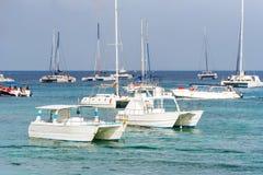 Οι βάρκες κοντά στην ακτή σε Bayahibe, Λα Altagracia, Δομινικανή Δημοκρατία Διάστημα αντιγράφων για το κείμενο Στοκ εικόνες με δικαίωμα ελεύθερης χρήσης