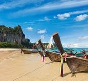 οι βάρκες παραλιών μακριές παρακολουθούν την Ταϊλάνδη Στοκ φωτογραφία με δικαίωμα ελεύθερης χρήσης