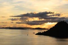 οι βάρκες που αλιεύουν seagull θάλασσας τον ουρανό πετούν στα ύψη ανατολή στοκ εικόνες