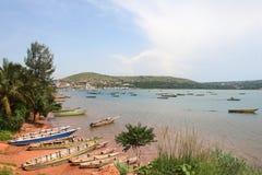 Οι βάρκες στην ακτή της λίμνης του Τανγκανίκα στην πόλη Kigoma, Τανζανία στοκ εικόνες