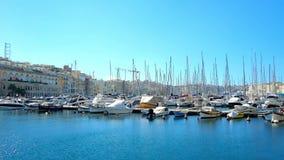 Οι βάρκες στη μαρίνα Vittoriosa του μεγάλου λιμανιού Valletta, Μάλτα απόθεμα βίντεο