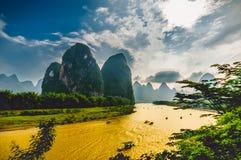 Οι βάρκες στον ποταμό λι σε Yangshuo Κίνα περιέβαλαν από τα βουνά καρστ στοκ φωτογραφίες