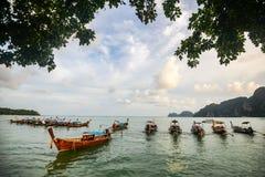 Οι βάρκες Longtail έδεσαν στον κόλπο της Maya Phi Phi στο νησί Leh, επαρχία Krabi, Ταϊλάνδη Είναι μέρος Phi της MU Ko Phi Στοκ φωτογραφία με δικαίωμα ελεύθερης χρήσης