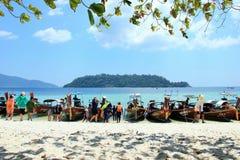 Οι βάρκες Longtail ευθυγράμμισαν κατά μήκος της παραλίας, νησί Rawi, Satun, Thaila Στοκ Εικόνες
