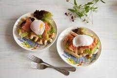 Οι βάφλες με το σολομό, κυνήγησαν λαθραία αυγό και πράσινη σαλάτα Στοκ Εικόνες