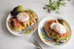 Οι βάφλες με το σολομό, κυνήγησαν λαθραία αυγό και πράσινη σαλάτα Στοκ Εικόνα
