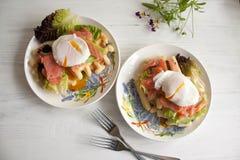 Οι βάφλες με το σολομό, κυνήγησαν λαθραία αυγό και πράσινη σαλάτα Στοκ Φωτογραφίες
