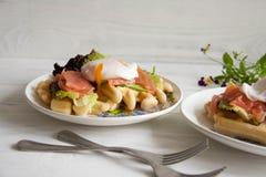 Οι βάφλες με το σολομό, κυνήγησαν λαθραία αυγό και πράσινη σαλάτα Στοκ φωτογραφία με δικαίωμα ελεύθερης χρήσης
