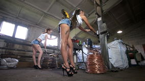 Οι βαριές γυναίκες εργάζονται στο εργοστάσιο καλωδίων απόθεμα βίντεο