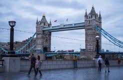 Οι βασίλισσες Walk στη γέφυρα Λονδίνο πύργων Στοκ φωτογραφία με δικαίωμα ελεύθερης χρήσης