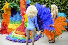 Οι βασίλισσες έλξης στην ομοφυλοφιλική υπερηφάνεια φορεμάτων ουράνιων τόξων παρελαύνουν Στοκ Εικόνες