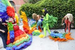 Οι βασίλισσες έλξης στην ομοφυλοφιλική υπερηφάνεια φορεμάτων ουράνιων τόξων παρελαύνουν Στοκ Εικόνα