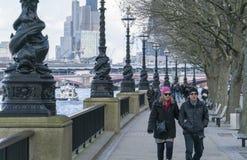 Οι βασίλισσες Walk σε Southbank του ποταμού Τάμεσης Λονδίνο ΛΟΝΔΙΝΟ, Αγγλία Στοκ εικόνες με δικαίωμα ελεύθερης χρήσης