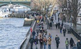 Οι βασίλισσες Walk σε Southbank του ποταμού Τάμεσης Λονδίνο ΛΟΝΔΙΝΟ Στοκ Εικόνες