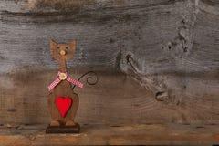 Οι βαλεντίνοι αγαπούν την ξύλινη μορφή γατών με την κόκκινη διακόσμηση καρδιών Στοκ Εικόνα