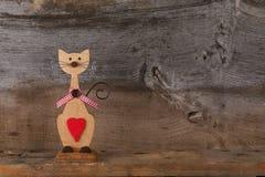 Οι βαλεντίνοι αγαπούν την ξύλινη μορφή γατών με την κόκκινη διακόσμηση καρδιών Στοκ Εικόνες