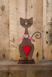 Οι βαλεντίνοι αγαπούν την ξύλινη μορφή γατών με την κόκκινη διακόσμηση καρδιών Στοκ Φωτογραφίες