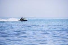 Οι βιασύνες Jetbike στα κύματα της θάλασσας με τη μεγάλη ταχύτητα έτσι προκαλούν τη μύγα Στοκ φωτογραφία με δικαίωμα ελεύθερης χρήσης