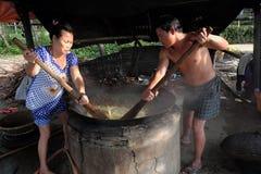 Οι βιετναμέζικοι λαοί επεξεργάζονται το μύδι Στοκ Φωτογραφίες