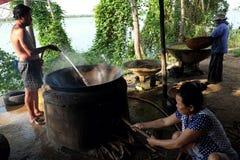 Οι βιετναμέζικοι λαοί επεξεργάζονται το μύδι Στοκ φωτογραφίες με δικαίωμα ελεύθερης χρήσης