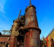 Οι βιομηχανικοί σωροί χάλυβα οξύδωσαν και ζωηρόχρωμος με τον καιρό στη Βηθλεέμ PA μια θερινή ημέρα Στοκ Εικόνες