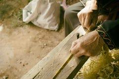 Οι βιοτεχνίες λεπταίνουν την παραγωγή λωρίδων μπαμπού Στοκ φωτογραφία με δικαίωμα ελεύθερης χρήσης