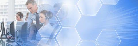 Οι βοηθοί εξυπηρέτησης πελατών με τις κάσκες με την τεχνολογία διασυνδέουν το φωτεινό υπόβαθρο στοκ εικόνα