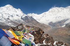 Οι βουδιστικές σημαίες προσευχής και τοποθετούν Annapurna Στοκ φωτογραφία με δικαίωμα ελεύθερης χρήσης