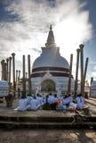 Οι βουδιστικοί προσκυνητές λατρεύουν μπροστά από το Thuparama Dagoba σε Anuradhapura στη Σρι Λάνκα Στοκ εικόνες με δικαίωμα ελεύθερης χρήσης