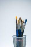 Οι βούρτσες ζωγράφων μαθαίνουν να χρωματίζουν το σχολείο Στοκ φωτογραφία με δικαίωμα ελεύθερης χρήσης