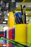 Οι βούρτσες χρωμάτων τέχνης στο φλυτζάνι βρίσκονται στο children&#x27 το s διασκεδάζει στοκ φωτογραφία με δικαίωμα ελεύθερης χρήσης