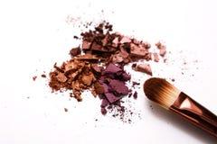 Οι βούρτσες Makeup με κοκκινίζουν ή σκιά ματιών του ροζ, του κοκκίνου και των τόνων κοραλλιών που ψεκάζονται στο άσπρο υπόβαθρο Στοκ φωτογραφίες με δικαίωμα ελεύθερης χρήσης