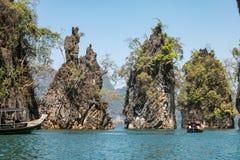 Οι βράχοι ασβεστόλιθων στη λίμνη του τοπικού LAN Cheow, εθνικό πάρκο Khao Sok, Τ Στοκ φωτογραφίες με δικαίωμα ελεύθερης χρήσης